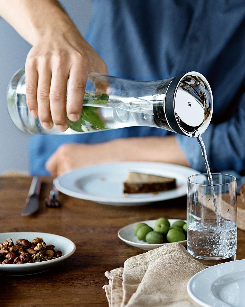 İçecekleri servis edin, lezzetlendirin, yeniden doldurun. Yemekten önce, yemek boyunca ve sonrasında.